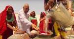 Mężczyzna zbiera wodę dla 10 tys. ludzi, z objętych suszą obszarów Indii