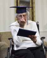 Wzruszające nagranie 97-latki, która po 79 latach przerwy, odbiera dyplom ze szkoły