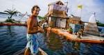 Ten mężczyzna zbudował pływającą, zasilaną energią słoneczną fortecę pływającą po wodzie ze 150 000 plastikowych butelek