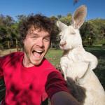 Ten mężczyzna jest mistrzem w robieniu sobie zdjęć ze zwierzętami