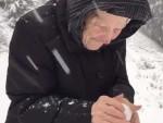 101-letnia babuleńka cieszy się i bawi śniegiem jak dziecko