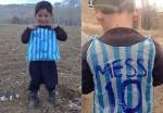 Chłopiec w koszulce z plastikowych toreb ma już prawdziwą koszulkę