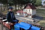 Kolejarz na emeryturze wybudował sobie własną, miniaturową kolej