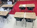 Nauczycielka napisała uczniom na ławkach budujące notatki, aby wzmocnić im pewność siebie przed egzaminem