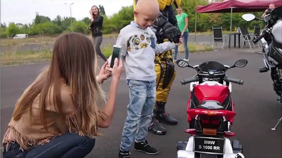 Motocykliści kupili choremu chłopcu replikę BMW S1000RR - Dobre Wiadomości