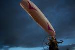 Kobieta ruszyła motolotnią wraz ze stadem łabędzi, zamierza im pomóc przetrwać