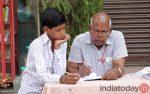 Emerytowany pracownik firmy telekomunikacyjnej uczy dzieci z indyjskich slumsów
