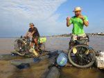 Rowerem można jechać i płynąć – na specjalnie skonstruowanych rowerach Polacy przemierzyli największą rzekę świata