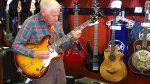 81-letni starszy mężczyzna wszedł do sklepu, wziął w ręce gitarę i pokazał co potrafi. Wszyscy byli w szoku