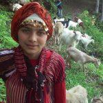 Dziewczynka i jej pies uratowali w górach kozę i jej młode