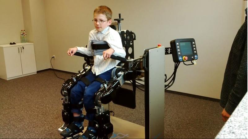 Absolwenci AGH skonstruowali robota do rehabilitacji dzieci