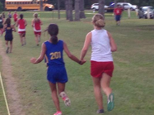Dziewczyna rezygnuje z osobistego rekordu i przegrywa wyścig, aby pomóc koleżance