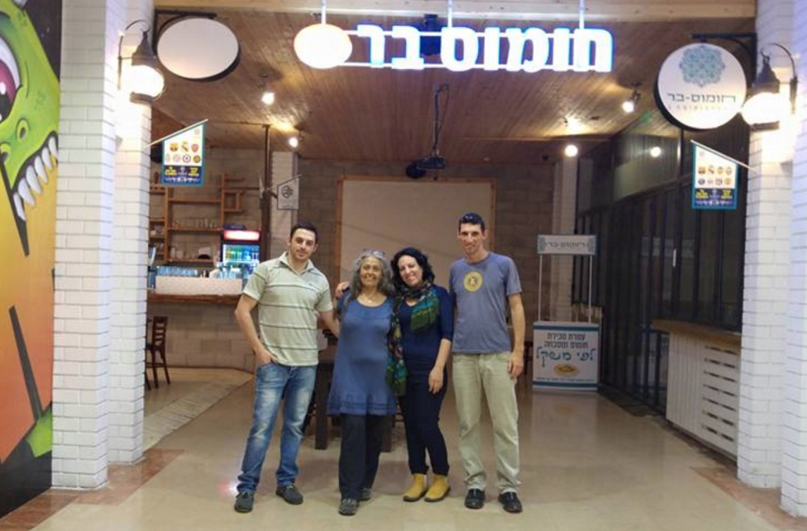 Izraelska kawiarnia Humus Bar łączy Arabów i Żydów. Jeśli będą jeść przy jednym stole, otrzymają 50% zniżki