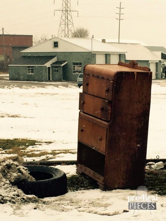 Kupiła starą, zniszczoną komodę za 5 dolarów i zrobiła z niej prawdziwe cacko!