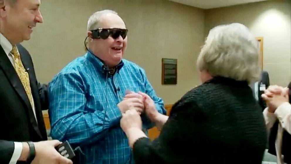 Dzięki bionicznemu oku znowu zobaczył swoją żonę