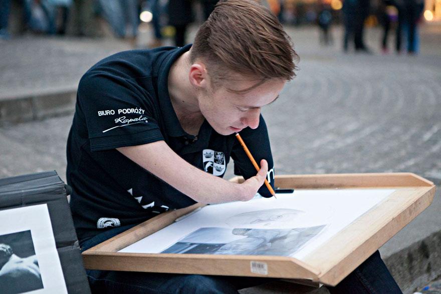 Polski artysta urodził się bez rąk, nie przeszkodziło mu to w realizacji marzeń