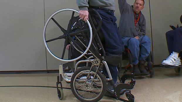 Lekarz skonstruował stojący wózek inwalidzki