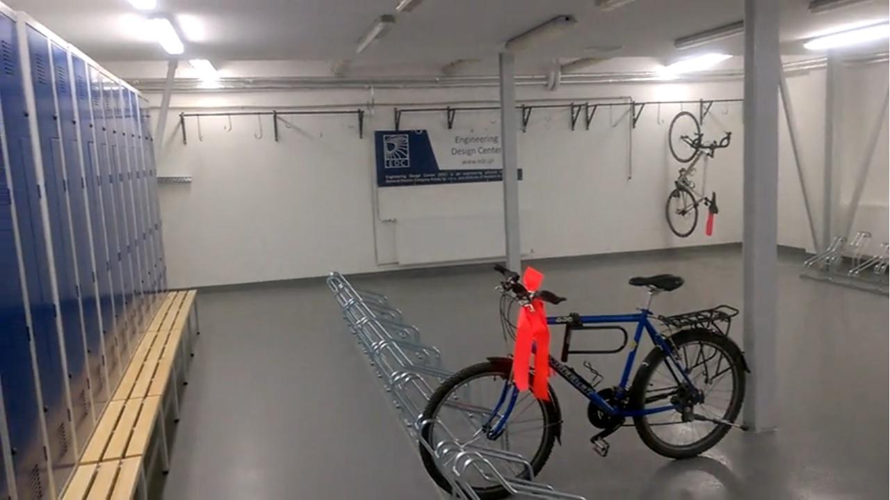 Pracownicy Instytutu Lotnictwa dostali własną rowerownię. Parking na 450 pojazdów, szafki, prysznice, suszarnie.