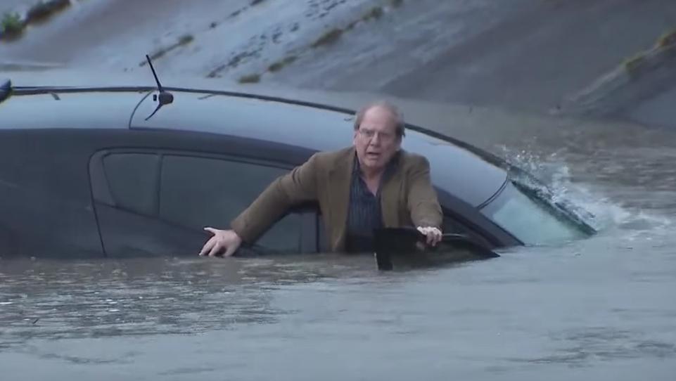 Reporter podczas relacji na żywo uratował mężczyznę z tonącego samochodu