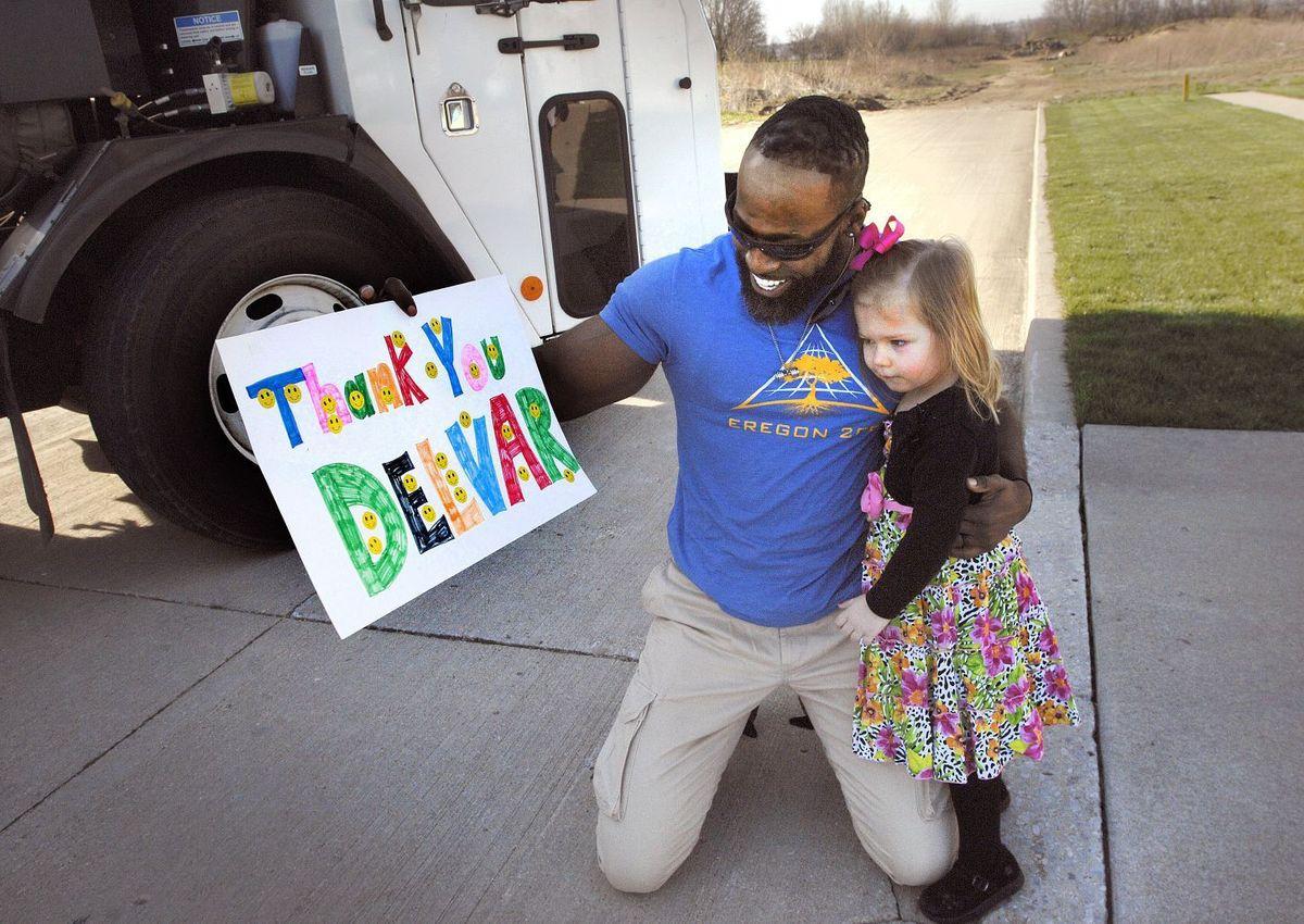Dziewczynka sprawiła niespodziankę ulubionemu kierowcy śmieciarki