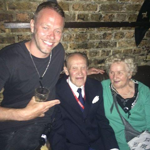 Para 80-latków bawiła się do 5 rano, na imprezie techno w Londynie