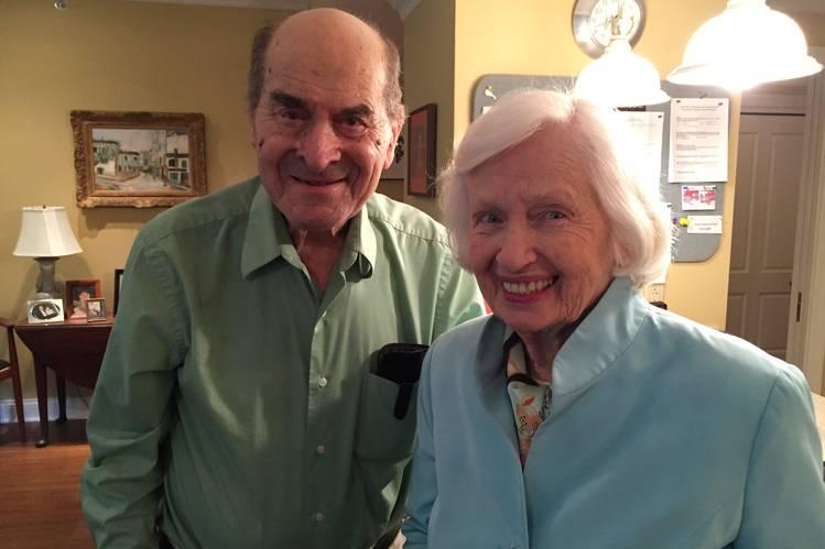 96-letni dr Henry Heimlich, ratuje od zadławienia kobietę, stosując manewr nazwany jego imieniem