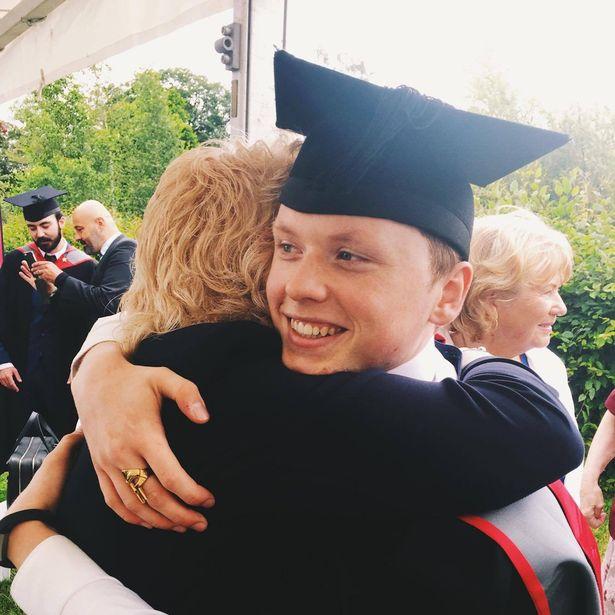 Nastolatek przez 5 lat ciężko pracował, aby zrobić rodzicom niespodziankę na koniec studiów