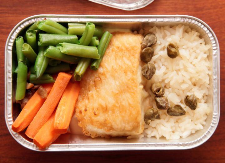 Australijskie linie lotnicze oddają niewykorzystane jedzenie bezdomnym