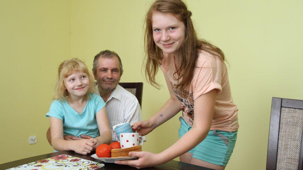 Dzielna 13-latka opiekuje się całą rodziną