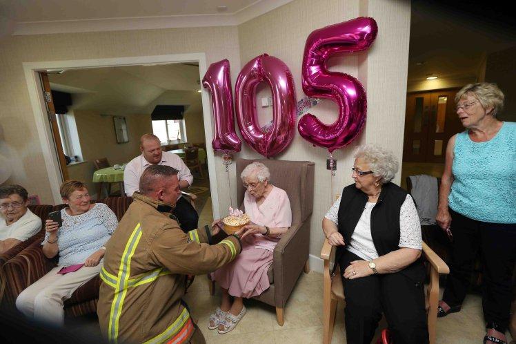 """Gdy skończyła 105 lat, miała tylko jedno urodzinowe życzenie – """"strażaka z tatuażami"""""""