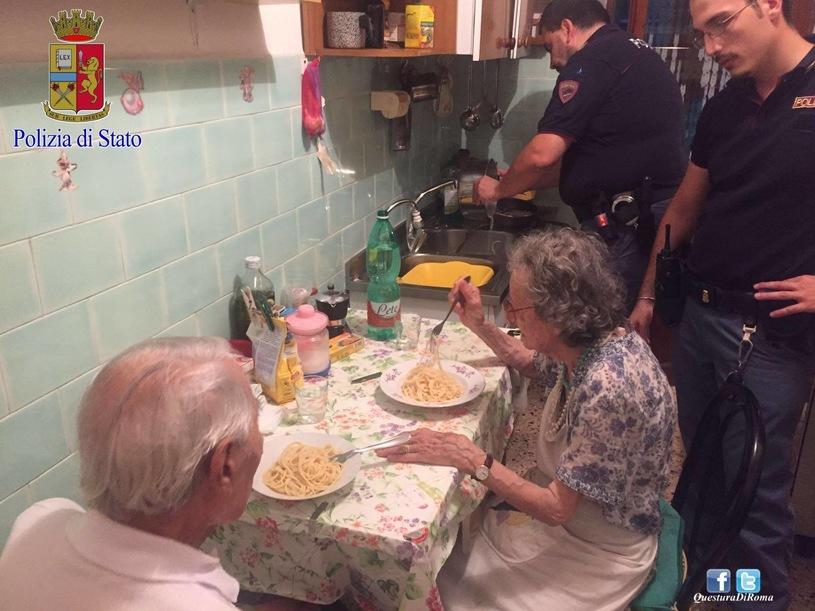 Wzruszająca interwencja policjantów, pocieszali dwoje samotnych staruszków