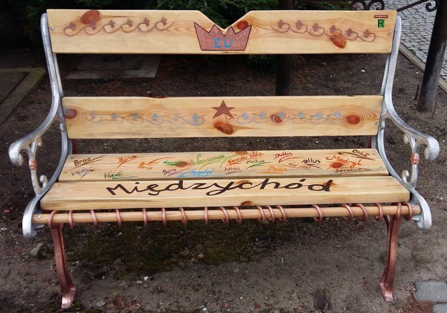 W Międzychodzie ktoś nocą podrzuca własnoręcznie zrobione ławki przed muzeum