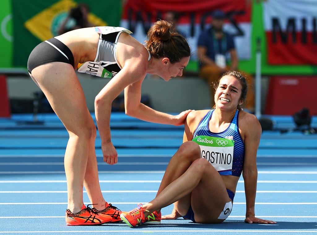 Oto prawdziwy duch igrzysk olimpijskich! Biegaczki pomagają sobie po fatalnym upadku na bieżni