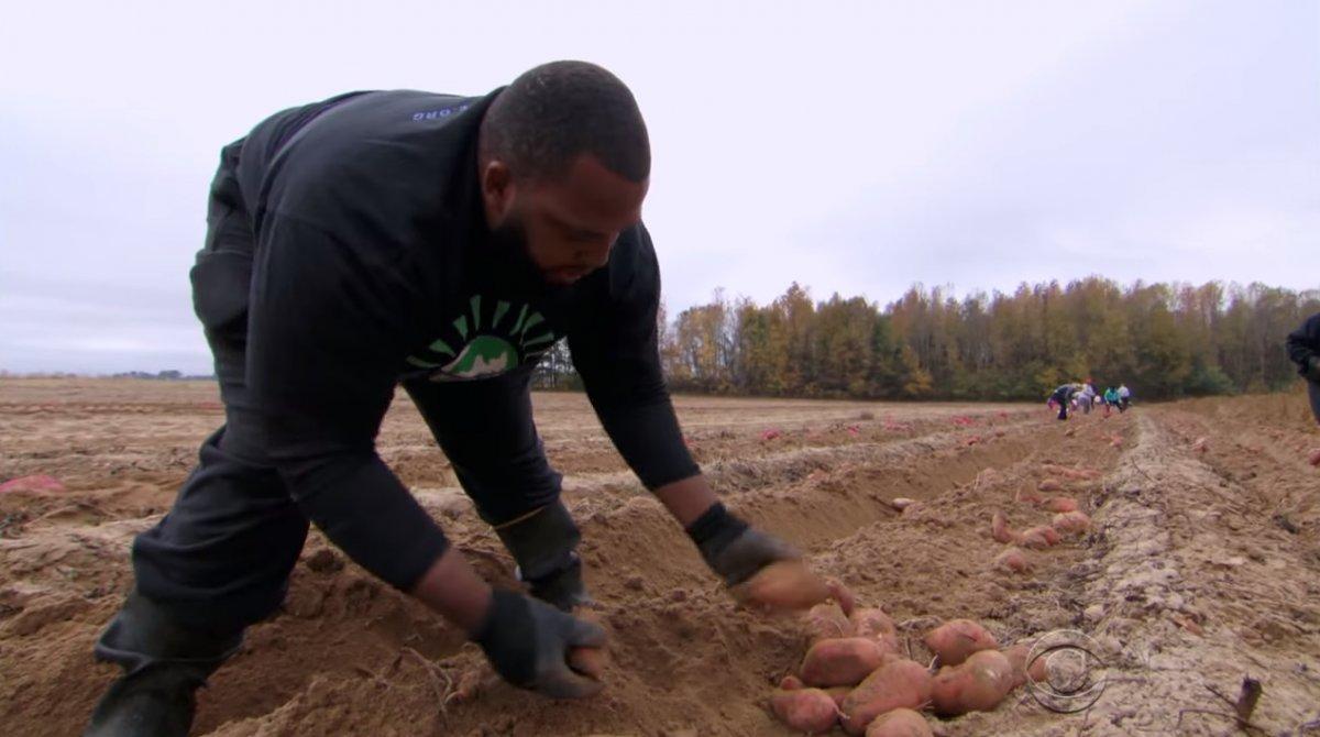 29 latek opuścił Narodową Ligę Footballu (NFL), rezygnując z 37-milionowego kontraktu, aby zostać farmerem i karmić głodujących