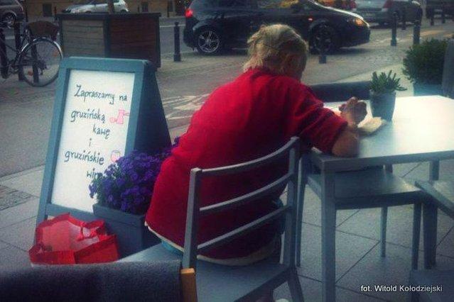 Wspaniały gest właściciela jednej z polskich restauracji – zobacz, co zrobił, gdy do stolika dosiadła się zmęczona staruszka