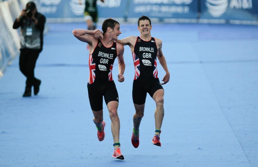 Brytyjscy triathloniści Jonathan i Alistair Brownlee pokazali czym jest braterska więź