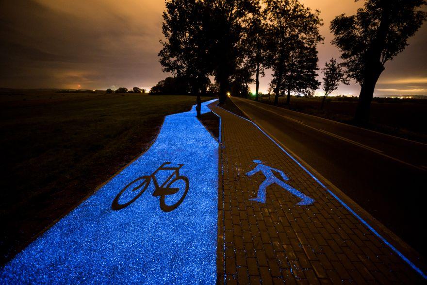Ścieżka rowerowa, która nocą oddaje nagromadzone światło słoneczne, jest już dostępna dla rowerzystów