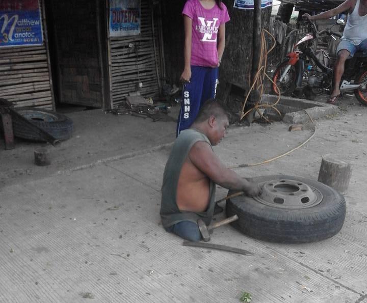 Ten człowiek nie ma nóg, mimo trudności pracuje w wulkanizacji