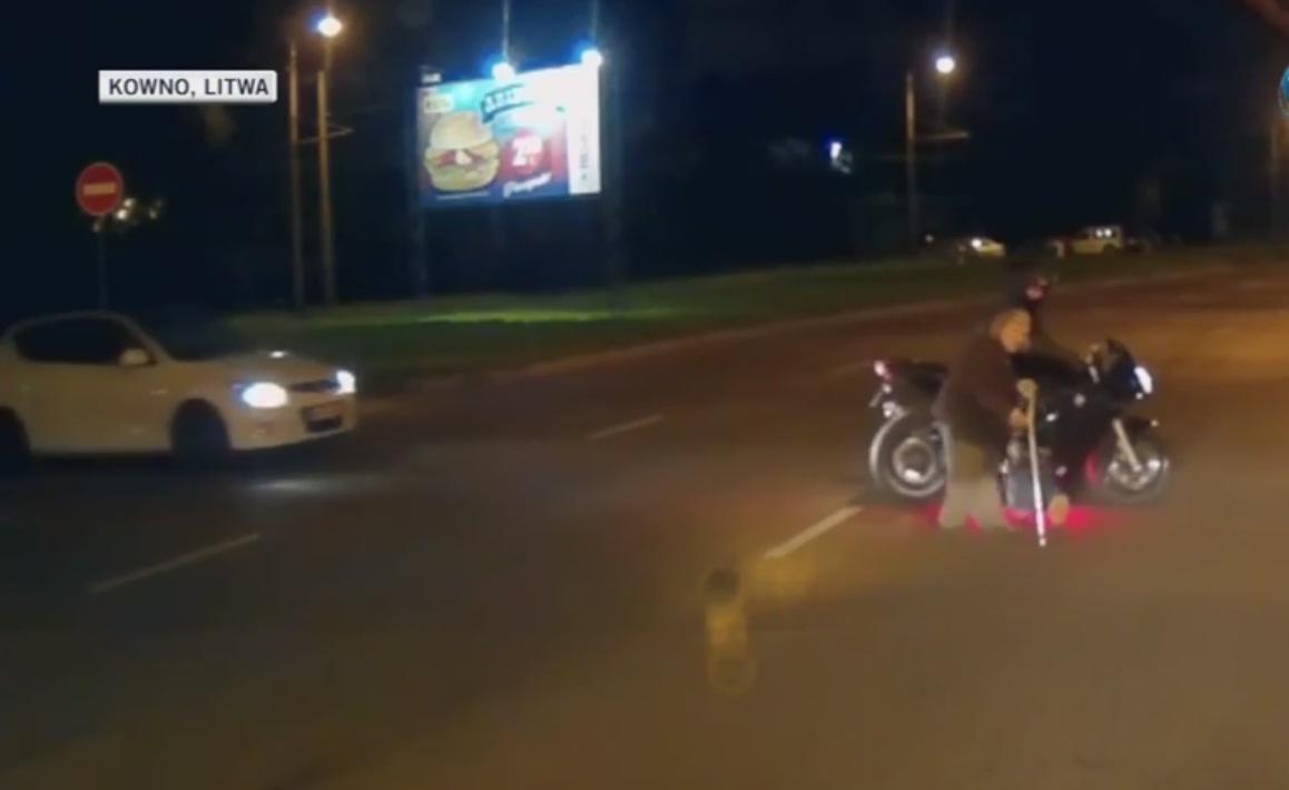 Zablokował ulicę, żeby eskortować staruszkę, policja nie będzie go ścigać
