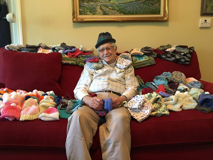 86-latek nauczył się szydełkować, aby robić małe czapeczki dla wcześniaków