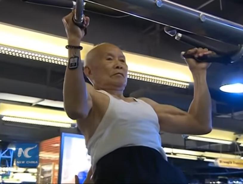 Ma 94 lata i wciąż ćwiczy na siłowni
