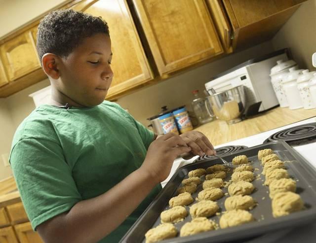 Mały Jalen piecze ciasteczka, żeby kupić dom dla siebie i mamy