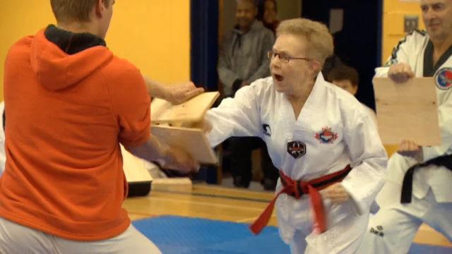 72-letnia babcia zdaje egzamin na czarny pas w taekwondo