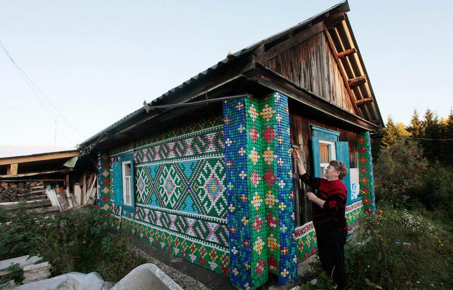 Rosjanka użyła 30 000 zakrętek do udekorowania swojego domu