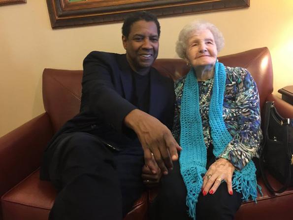 Denzel Washington odwiedził swoją bibliotekarkę z dzieciństwa, aby życzyć jej wszystkiego najlepszego z okazji 99 urodzin