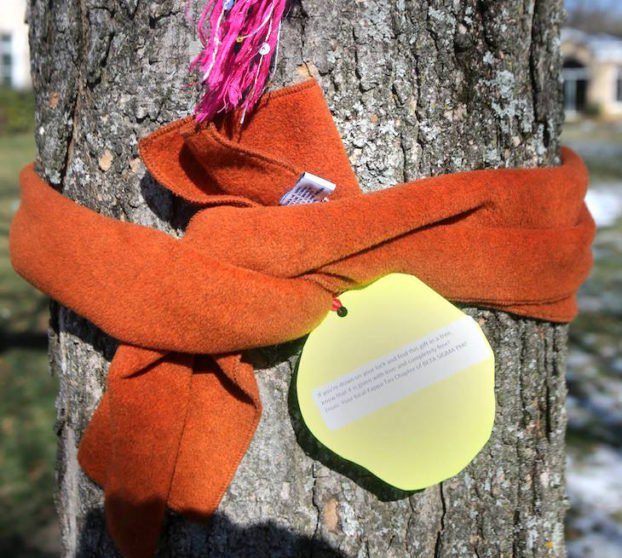 Jeśli tej zimy zobaczysz szalik przewiązany na drzewie, wiedz, że ma to wielkie znaczenie!