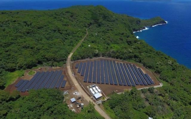"""Głęboko na południowym Pacyfiku powstała """"wyspa słońca"""", która jest zasilana niemal wyłącznie energią słoneczną"""