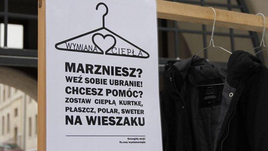 """""""Wymiana Ciepła"""". W Polsce pojawiają się wieszaki z ubraniami dla potrzebujących."""
