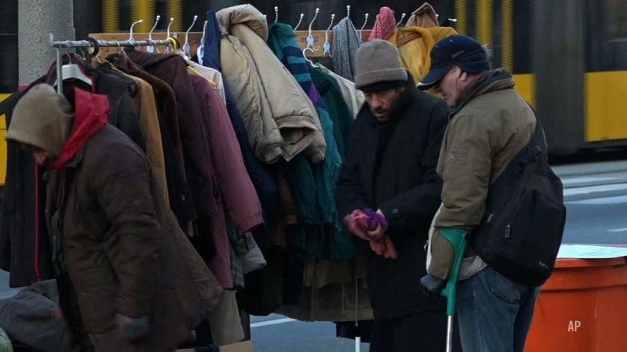 Zbędne ubrania odwieszają na uliczne wieszaki, tak pomagają bezdomnym