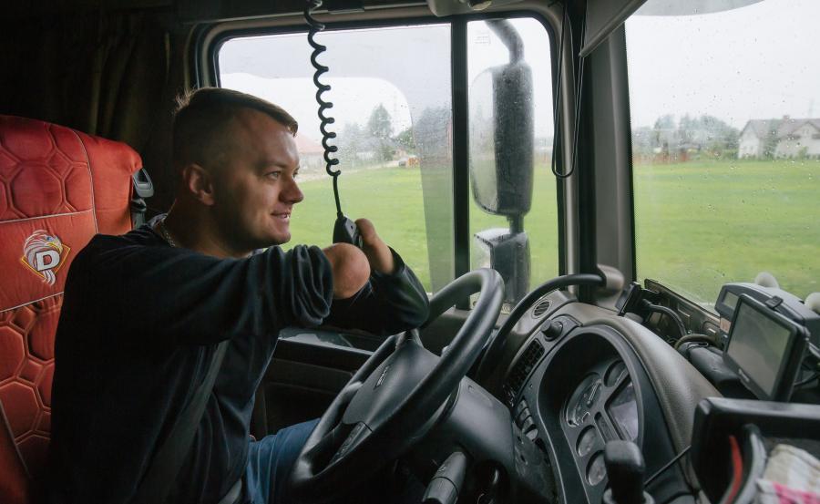 Kierowca bez rąk jeździ TIR-em do Moskwy